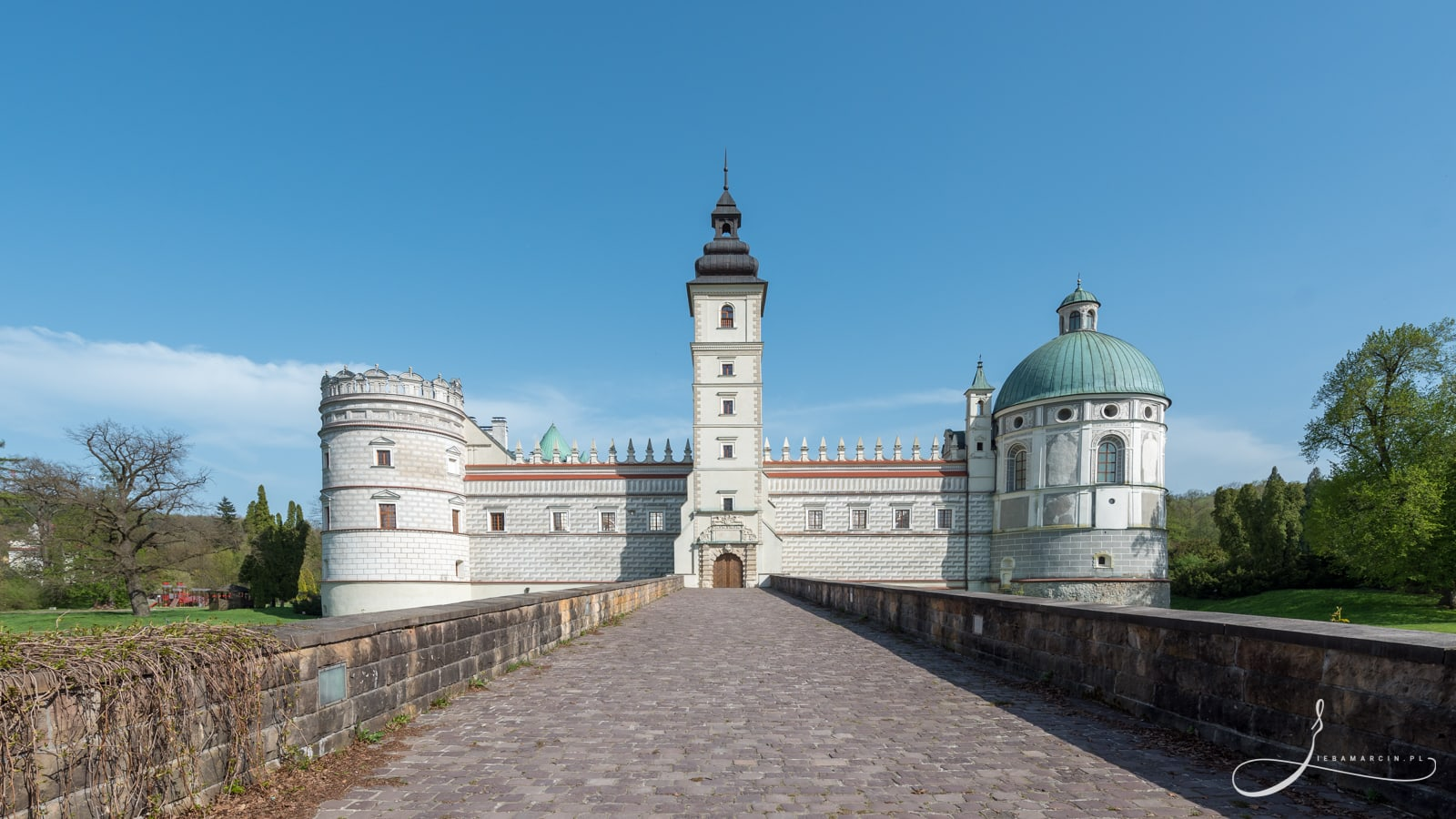 Zamek w Krasiczynie - zamek wybudowany w stylu renesansowo-manierystycznym, zbudowany na przełomie XVI i XVII wieku