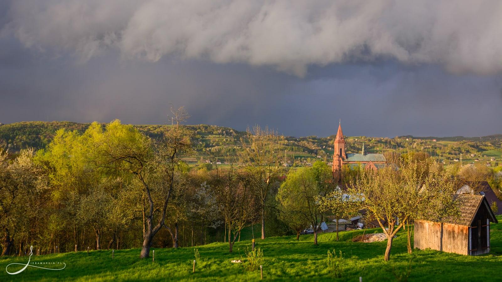 Przeczyca - Najświętszej Maryi Panny Wniebowziętej w Przeczycy - kwietniowy krajobraz /przed burzą/