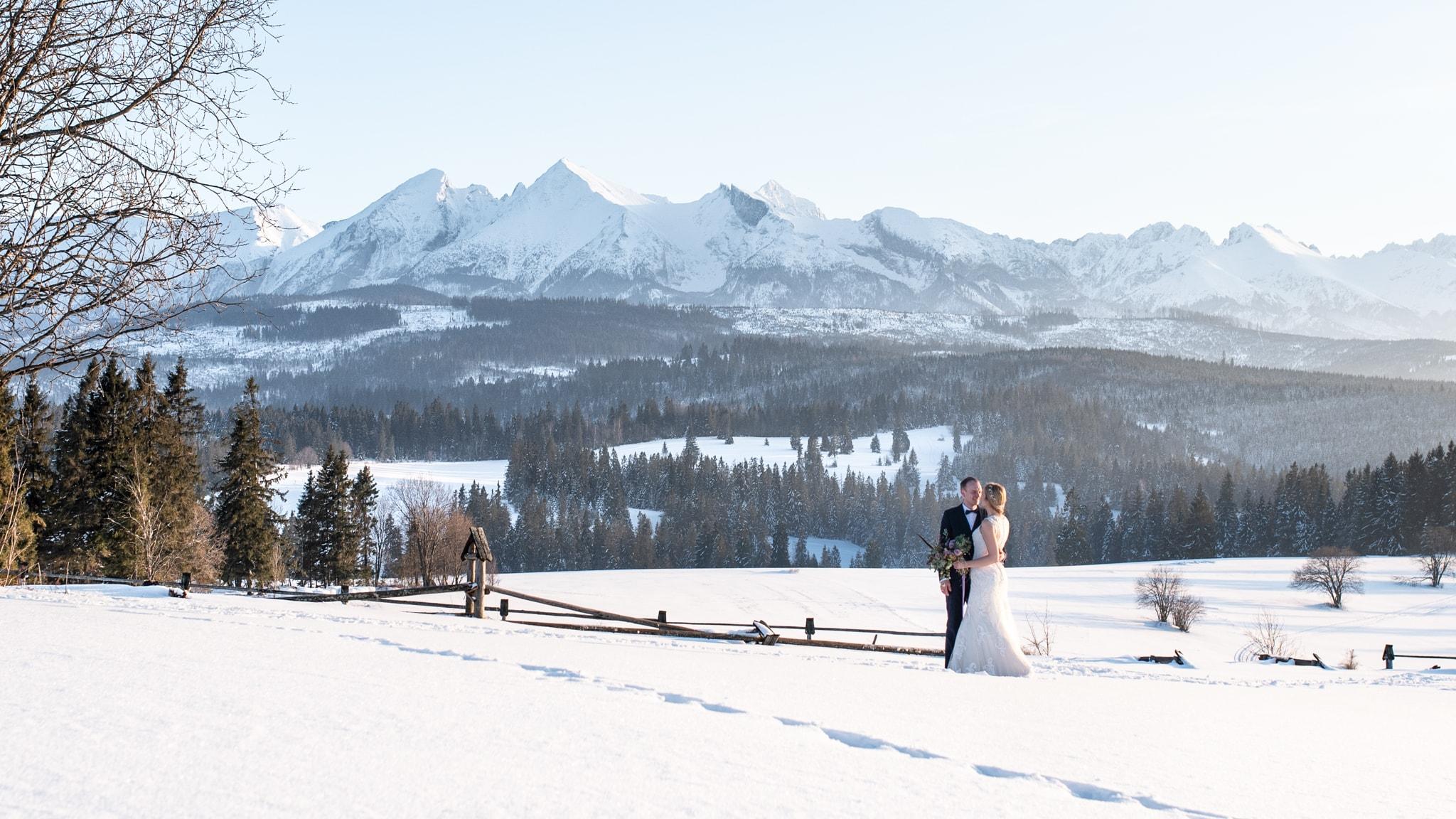 Zimowa sesja ślubna na Przełęczy nad Łapszanką