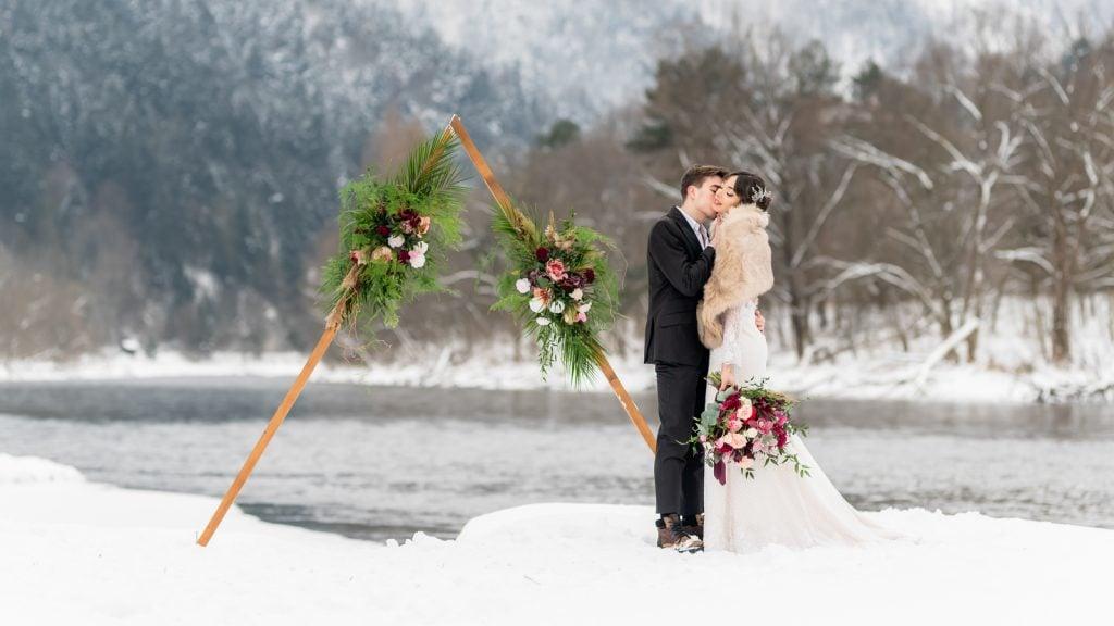 Zimowa sesja ślubna w Szczawnicy, obok Przystani Flisackiej